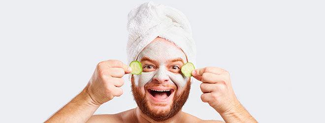 Mann mit Maske und Gurken