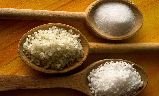Salz auf Holzlöffel