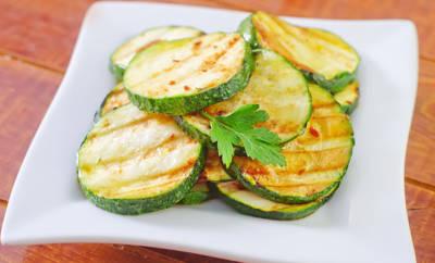 Zucchini gebraten auf Teller