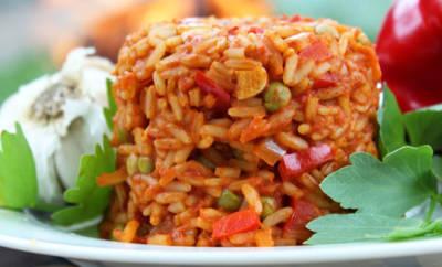 Djuvec Reis mit Tomaten, Paprika, Zwiebeln und Erbsen.