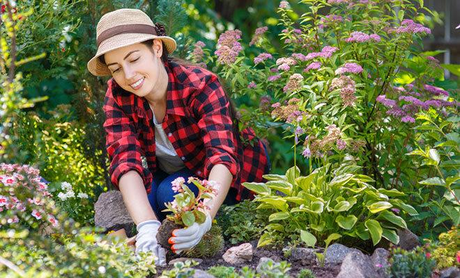 Eine junge Frau beim Gärtnern.