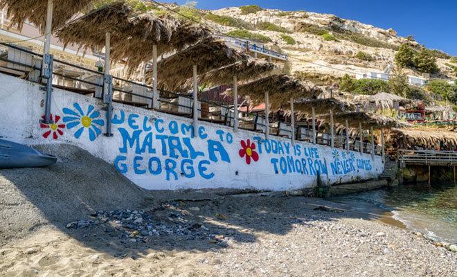 Eine bemalte Strandmauer am Matala Strand in Kreta.