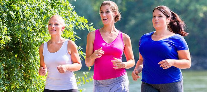 Drei junge Frauen, die zusammen joggen gehen.