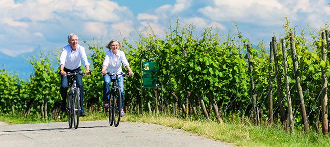Seniorenpärchen, das Fahrrad fährt.