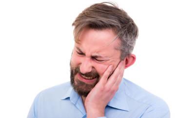 Ein Mann mit starken Ohrenschmerzen.