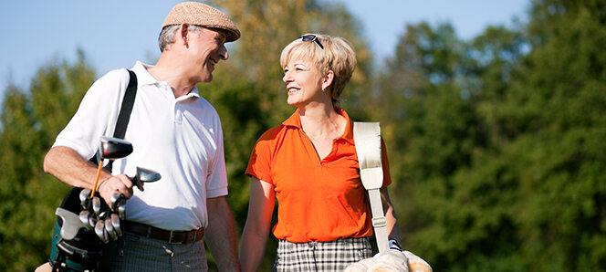 Seniorenpärchen beim Golfspielen.