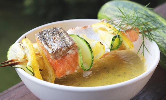 Zucchini-Suppe mit Lachs-Spießen