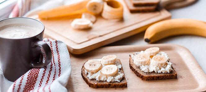 Brote mit Frischkäse und Banane.