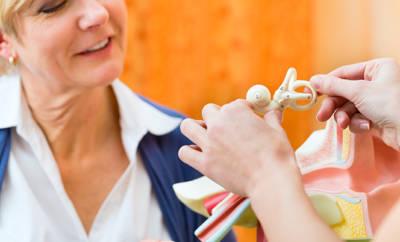 Cochlea Implantat wird Patientin gezeigt.
