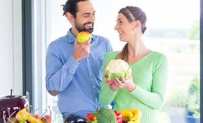 Junges Paar beim Kochen mit gesundem Gemüse.