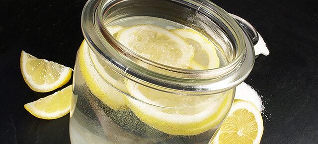 Wasserkefir in Glas mit Zitronenscheiben.
