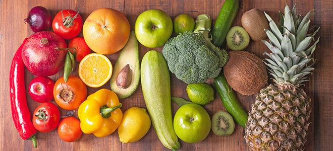 Gemüse und Obst farblich sortiert angeordnet.
