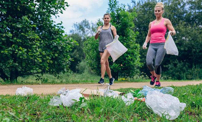 Zwei Ploggerinnen: Sie joggen und heben dabei Müll auf.