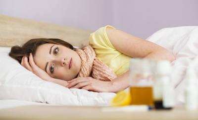 Eine junge Frau mit Erkältungssymptomen