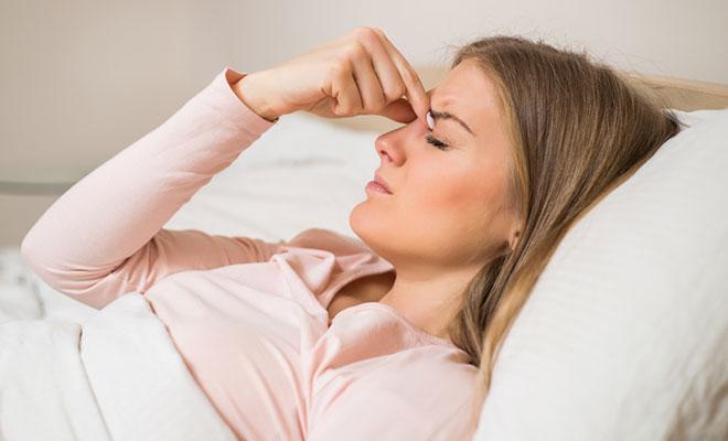 Eine Frau mit schmerzenden Nasennebenhöhlen
