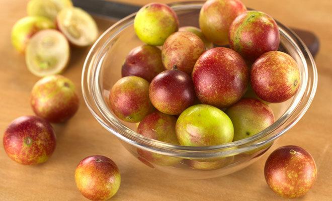 Eine Glasschale mit Camu Camu Früchten.