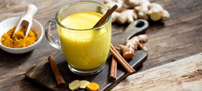 Goldene Milch mit Kurkumapulver