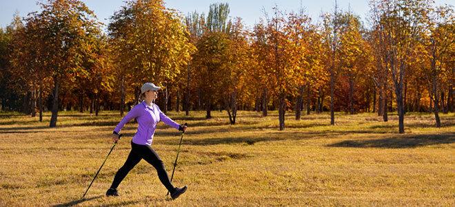 Eine Frau beim Nordic Walking.