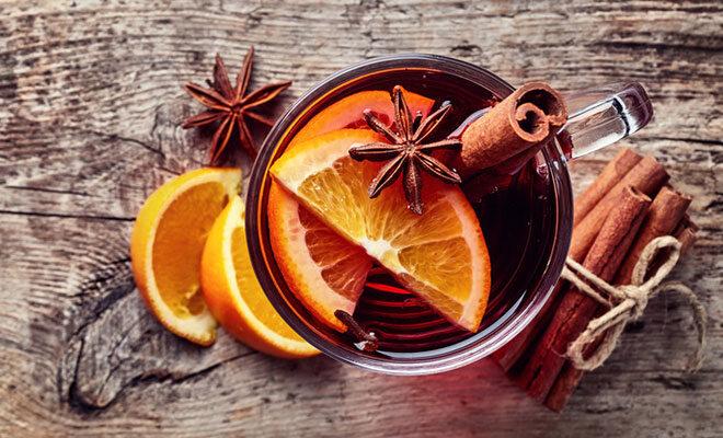Ein Glas mit rotem Wunterpunsch, der aus Früchtetee, Traubensaft und Gewürzen zubereitet wurde.