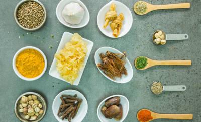 verschiedene Lebensmittel, darunter Knoblauch, Kurkuma und Linsen