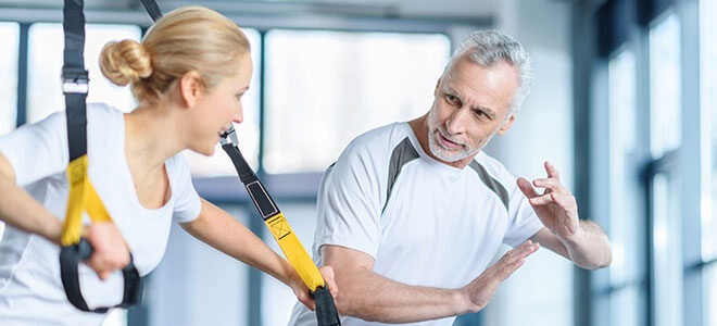 Ein Mann und eine Frau beim TRX Training