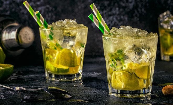 Cocktails mit Limettenschnitzen