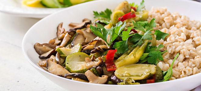 Ein Teller mit Porridge und gebratenem Gemüse