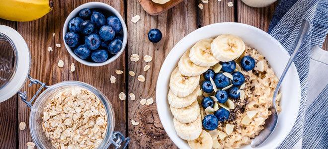 Porridge mit Blaubeeren und Bananen: Ein beliebter Klassiker.