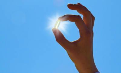 Eine Hand hält eine Vitamin-D-Kapsel. Mangelt es Kindern an diesem Vitamin, kann eine Rachitis entstehen.