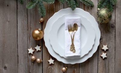 Zwei übereinander gestapelte weiße Teller mit edler Weihnachtsdeko