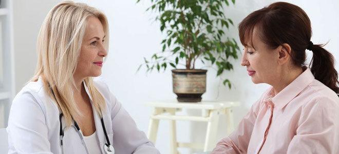 Eine Gynäkologin spricht mit einer Patientin über deren starke Regelschmerzen und schlägt mögliche Therapien vor.