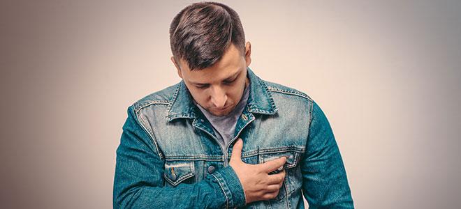 Ein junger Mann mit Herzproblemen. Gerade bei jungen Personen kann sich das Brugada-Syndrom dahinter verbergen.