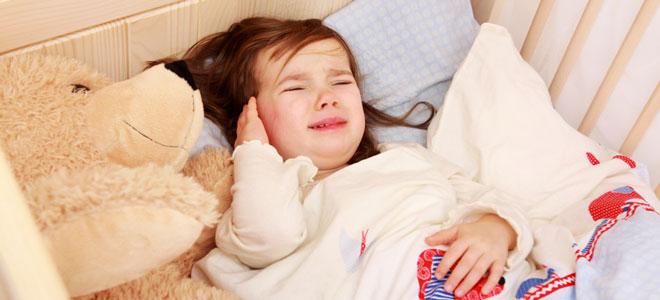 Ein junges Mädchen, das in seinem Bett schäft und weint, weil es einen Nachtschreck hat. Hierbei ist es jedoch nicht bei Bewusstsein, sondern schäft - im Gegensatz zu einem Alptraum - weiter.
