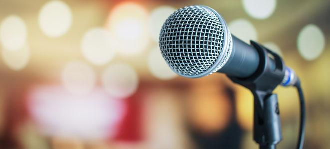 Ein Mikrofon, das von Sängern und Sprechern genutzt wird. Sie haben ein erhöhtes Risiko, einen Stimmverlust (Aphonie) zu erleiden.