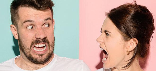 Ein heterosexuelles Ehepaar im Streit. Die Frau leidet am Capgras-Syndrom und denkt, ihr Mann sei durch einen Doppelgänger ersetzt worden.