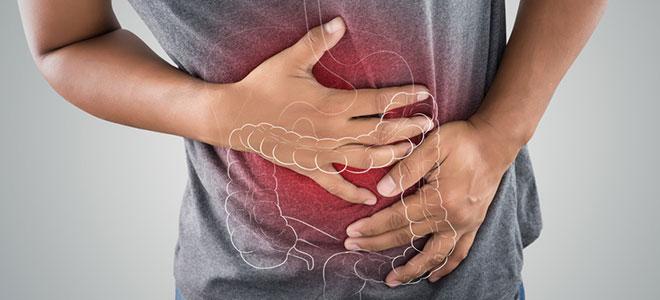 Ein Mann mit Bauchschmerzen, die durch den Befall mit Giardien verursacht werden.