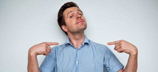 Ein junger Mann deuten mit beiden Zeigefinger auf sich selbst. Er hat Züge einer histrionischen Persönlichkeitsstörung.