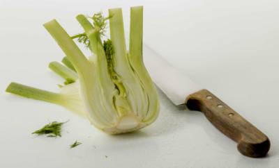 Zwei halbierte Fenchelknollen, die für mediterrane Rezepte weiterverarbeitet werden können.