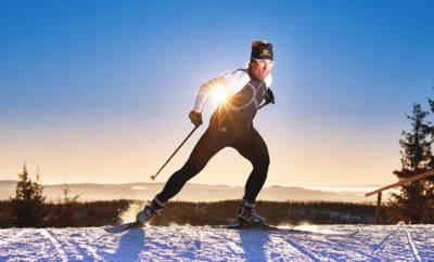 Der Langläufer Peter Schlickenrieder skatet im nordischen Stil eine Langlaufstrecke entlang.