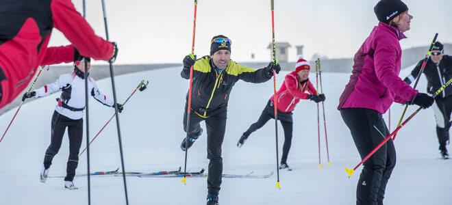 Langlaufexperte Peter Schlickenrieder trainiert mit einer Gruppe das Gleichgewicht.