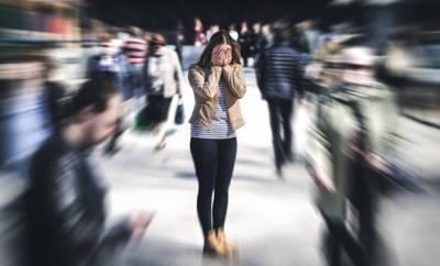 Eine Frau mit sozialer Phobie und Berührungsangst.