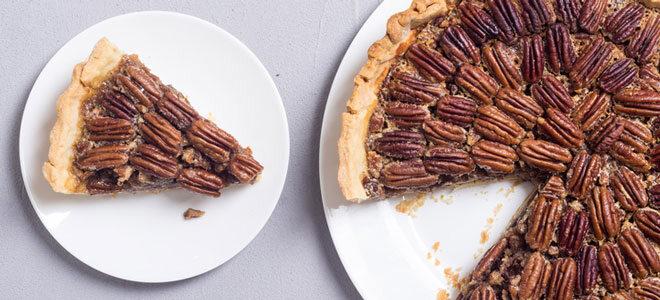 Ein Kuchen mit Pekannüssen.