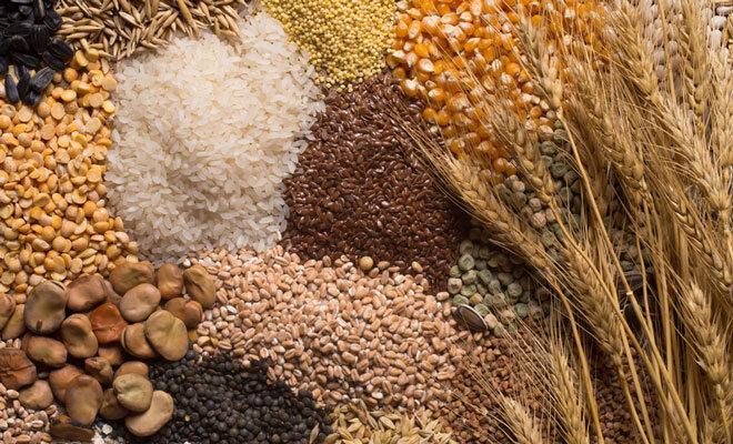 Mehrere Lebensmittel, die Phytinsäure enthalten: Leinsamen, Mais, Reis, Weizen, ...