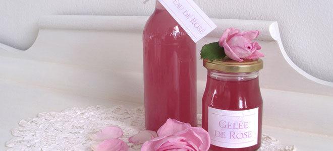 Ein Glas mit selbstgemachtem Rosengelee, daneben ein Fläschchen mit Rosenwasser.