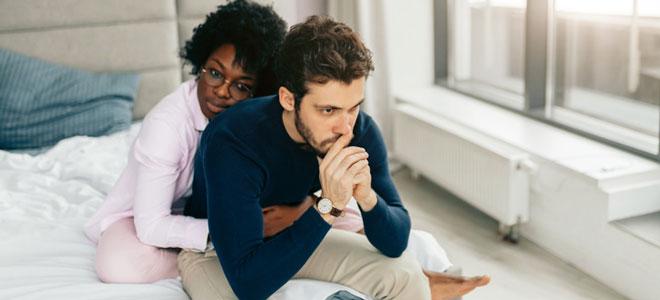Ein junges Paar wirkt unglücklich. Der Grund: Der Mann schämt sich für seine Hornzipfel am Penis. Sie sind jedoch keine Geschlechtskrankheit.