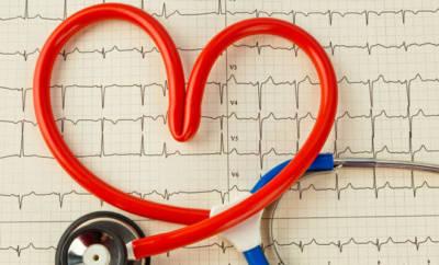 Ein Stethoskop in Herzform. Ein Sinnbild für Herzrhythmusstörungen wie z.B. Bradykardie.