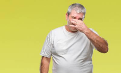 Ein Mann mit Bromhidrose. der seinen eigenen Schweiß als übelriechend empfindet.