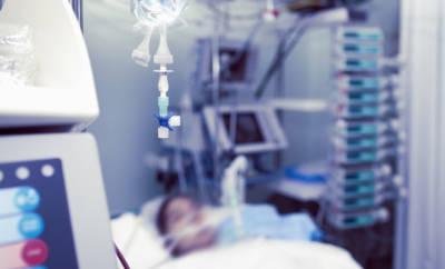 Eine Frau mit Delirium auf einer Intensivstation.