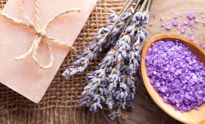 Lavendel als Badezusatz für ein Entspannungsbad.