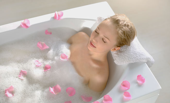 Eine junge Frau nimmt ein Entspannungsbad.
